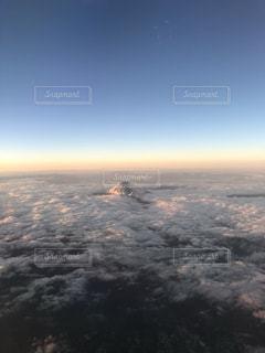 空:雲から顔を出す富士山の写真・画像素材[1075389]