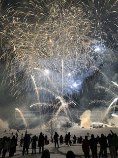 花火:新潟県十日町の雪花火の写真・画像素材[1075553]