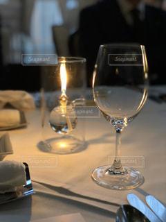 灯されたワイングラスの写真・画像素材[1077333]