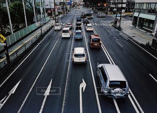 道路を走るくるまの写真・画像素材[1076167]