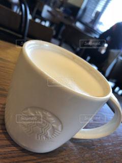 テーブルの上のコーヒー カップの写真・画像素材[1075960]