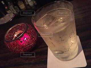テーブルの上のガラスのコップの写真・画像素材[1076015]
