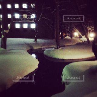 ふかふかに降り積もる雪と、川の写真・画像素材[1076545]
