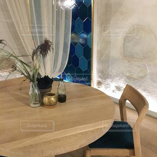 白と青を基調としたダイニングテーブル (リトアニア)の写真・画像素材[1077401]