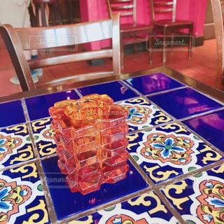 食品のプレートをダイニング ルームのテーブルの写真・画像素材[1406464]