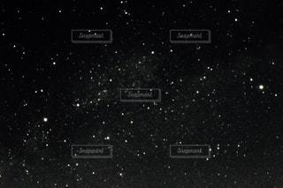 夜空の真ん中にある星の写真・画像素材[1076613]