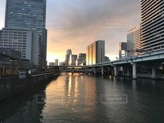 水の体以上の長い橋の写真・画像素材[1125506]