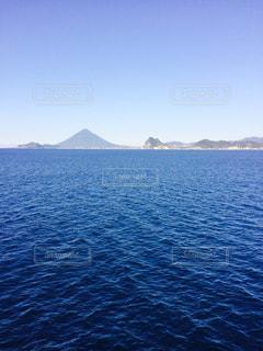 フェリーから撮った、海と開聞岳の写真・画像素材[1076814]