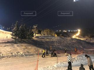 雪の覆われた斜面の上に立って人々 のグループの写真・画像素材[1077092]