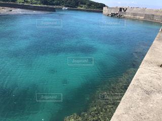水域の真ん中にある島の写真・画像素材[2433460]