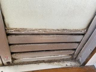 ハウスクリーニングで汚れてるお風呂の扉の写真・画像素材[2905882]