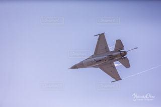 青い空を飛んでいるジェット戦闘機の写真・画像素材[1077114]