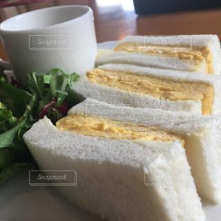 半分に切ったサンドイッチの写真・画像素材[2178335]