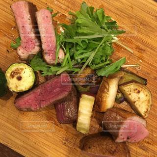 木製のまな板の上の食べ物の写真・画像素材[2317310]