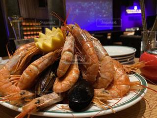 テーブルの上の食べ物の皿の写真・画像素材[2813529]