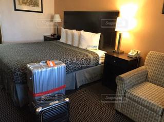 ホテルの部屋にベッドと机のある寝室の写真・画像素材[2917932]