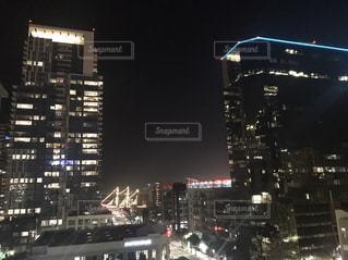 夜にライトアップされた街の写真・画像素材[2917934]