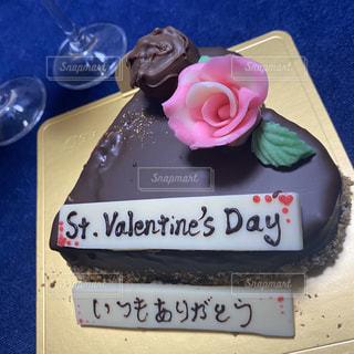 テーブルの上に座っているチョコレートケーキの写真・画像素材[2952273]