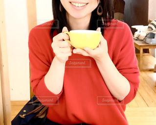 コーヒーを持っている女性の写真・画像素材[3006151]