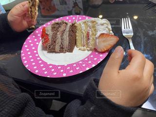 皿の上にケーキを持っている女の子の写真・画像素材[3035174]