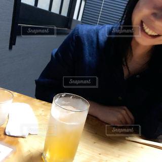 テーブルに座っている女性の写真・画像素材[3342986]