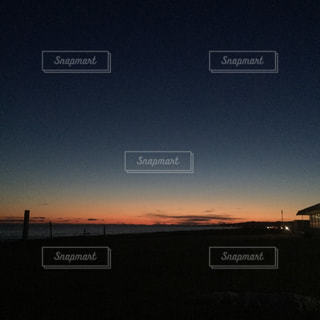 夜の街に沈む夕日の写真・画像素材[1077190]