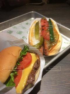 ホットドッグと食品のプレートの写真・画像素材[1077455]