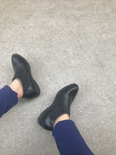 黒い靴を履いて足のペアの写真・画像素材[1080383]