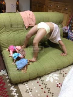 ソファーの上でブリッジしてる人の写真・画像素材[1079026]