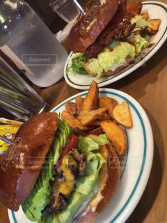 食べ物、サンドイッチとサラダのプレートの写真・画像素材[1078792]