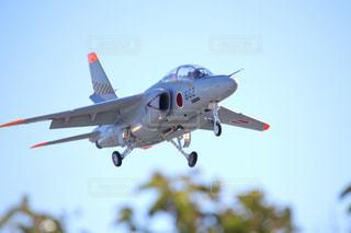 空を飛んでいる飛行機の写真・画像素材[1079043]