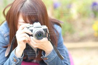カメラを持っている人の写真・画像素材[1082468]