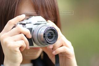 カメラを持っている手 - No.1082470