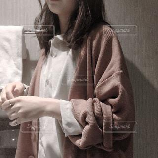 白いシャツを着ている女性の写真・画像素材[716895]