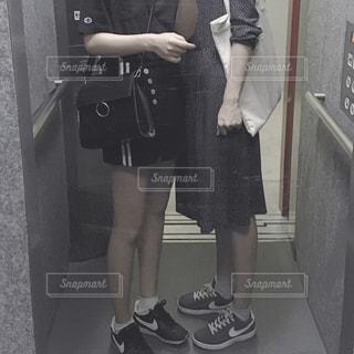 カメラにポーズ鏡の前に立っている女性の写真・画像素材[905384]