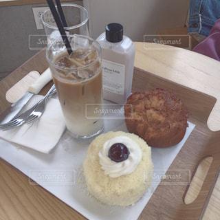 テーブルの上に食べ物の写真・画像素材[905391]