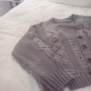 白い毛布付きベッドの写真・画像素材[905392]