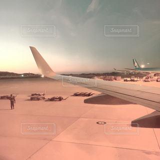 飛行機の駐機場に座っての写真・画像素材[913103]
