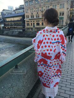 歩道の上に立っている人の写真・画像素材[913117]