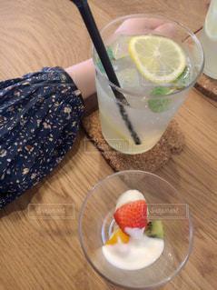 テーブルの上のコーヒー カップの写真・画像素材[913120]