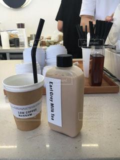 テーブルの上のコーヒー カップの写真・画像素材[913122]