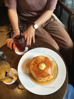食品のプレートをテーブルに座って人の写真・画像素材[966207]
