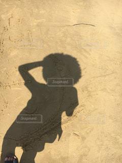 砂の中に立っている男の人の写真・画像素材[966216]