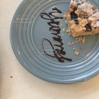 皿に半分食べてケーキの写真・画像素材[1181824]