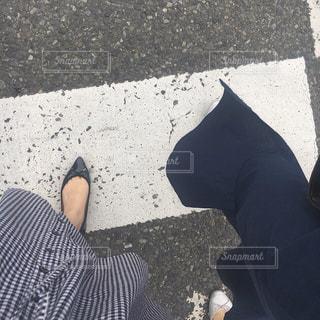 歩道の上に立っている人の写真・画像素材[1214606]