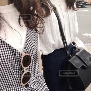 携帯電話で通話中の女性の写真・画像素材[1214607]