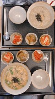 テーブルの上に食べ物のボウルの写真・画像素材[1266156]