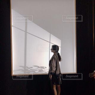 鏡の前に立っている人の写真・画像素材[1472081]