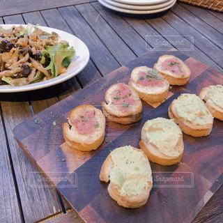 木製のテーブル、板の上に食べ物のプレートをトッピングの写真・画像素材[1523153]