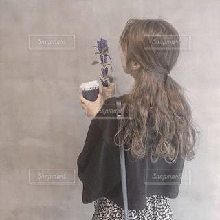 携帯電話で話す人の写真・画像素材[1523157]